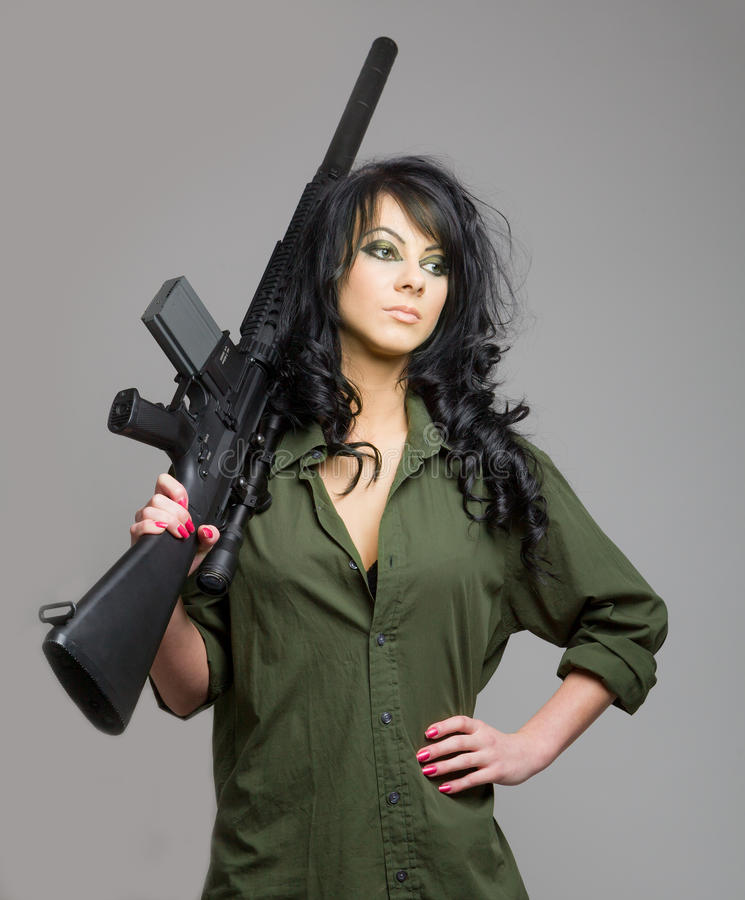 Προκλητικό κορίτσι με το πολυβόλο στοκ φωτογραφία με δικαίωμα ελεύθερης χρήσης
