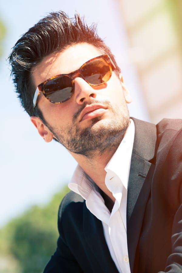 Προκλητικό πανέμορφο μοντέρνο άτομο Γυαλιά ηλίου στοκ φωτογραφία