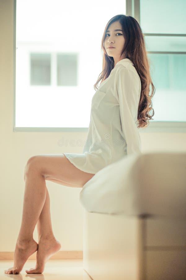 Προκλητικό πορτρέτο στο εκλεκτής ποιότητας ύφος Όμορφη γυναίκα στο άσπρο bathrob στοκ εικόνες
