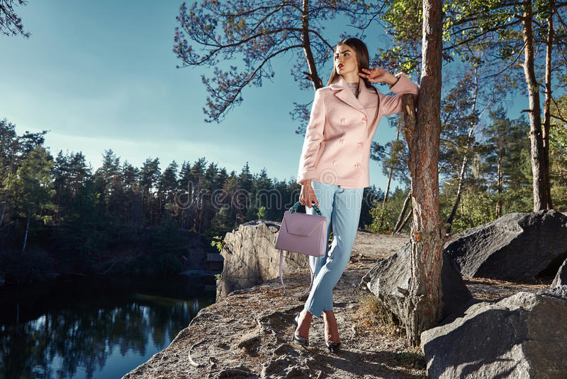 Προκλητικό όμορφο γυναικών παλτό μαλλιού κασμιριού χρώματος ένδυσης ρόδινο στοκ φωτογραφίες με δικαίωμα ελεύθερης χρήσης