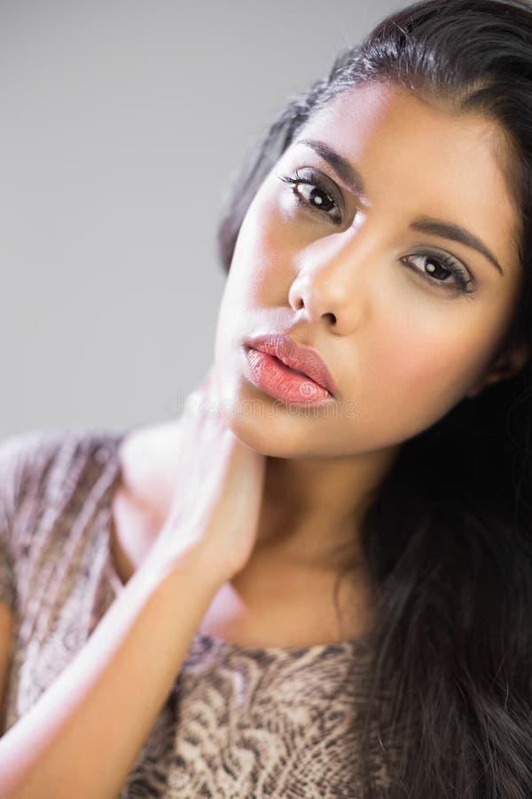 Προκλητικό όμορφο brunette σχετικά με το λαιμό που εξετάζει τη κάμερα στοκ φωτογραφίες με δικαίωμα ελεύθερης χρήσης