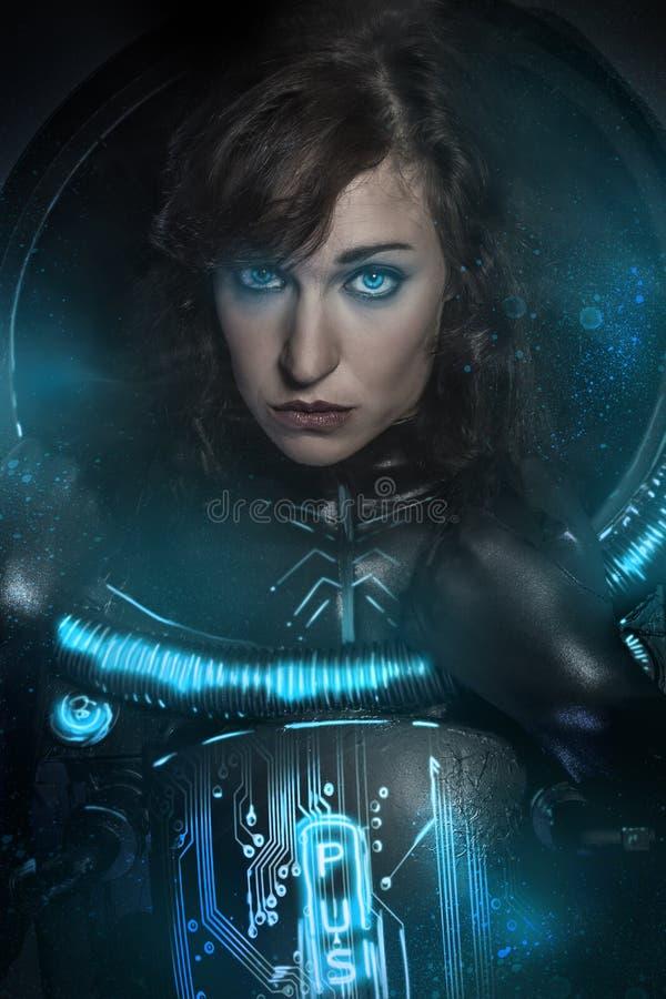 Προκλητικό brunette στο μαύρο κοστούμι λατέξ, σκηνή επιστημονικής φαντασίας, FA στοκ εικόνα