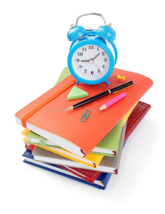 προμήθειες γραφείων και σχολείων που απομονώνονται στο λευκό στοκ εικόνα με δικαίωμα ελεύθερης χρήσης