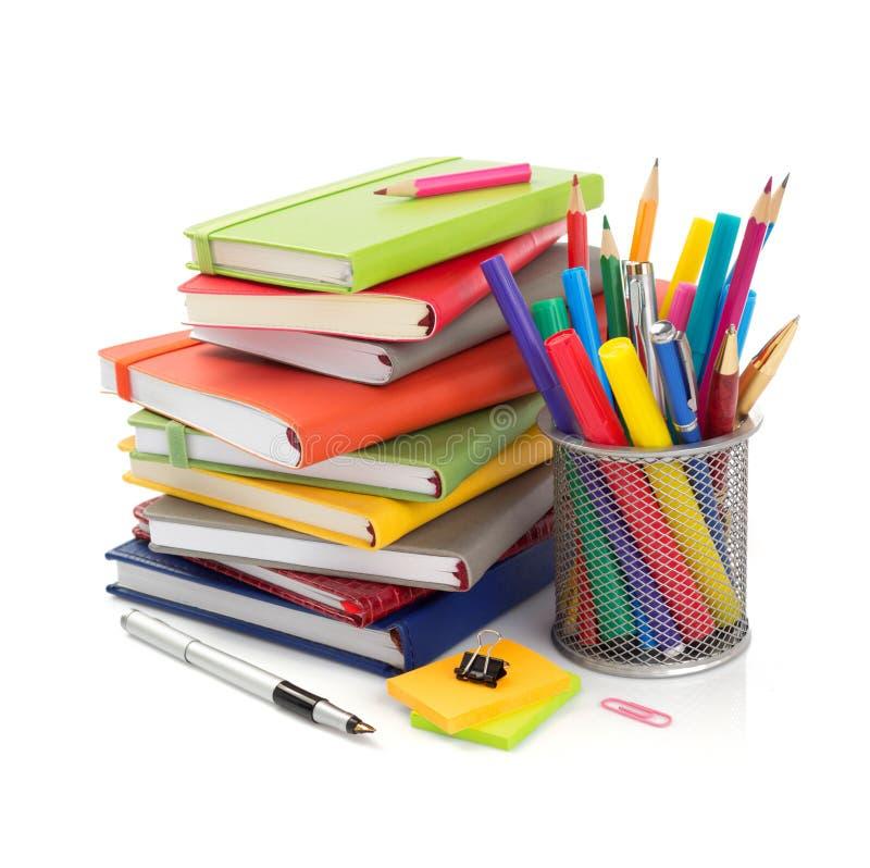 προμήθειες γραφείων και σχολείων που απομονώνονται στο λευκό στοκ εικόνες