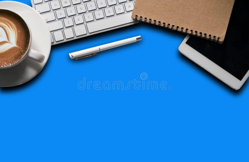 Προμήθειες γραφείων με ένα lap-top, smartphone, μάνδρα, ταμπλέτα, σημειωματάριο στοκ εικόνες