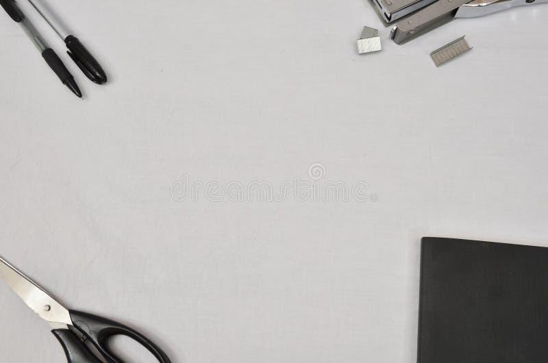 Προμήθειες γραφείων στο άσπρο υπόβαθρο στοκ εικόνες