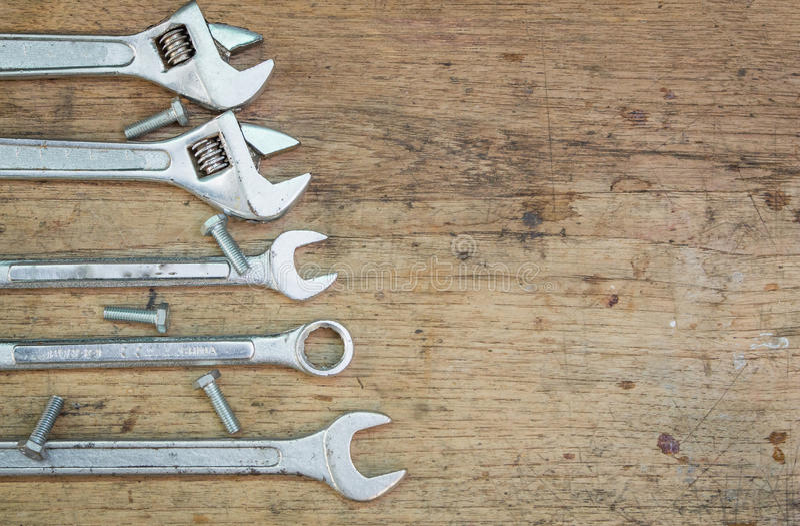 Προμήθειες εργαλείων σε ένα ξύλινο υπόβαθρο, γαλλικό κλειδί στοκ εικόνες