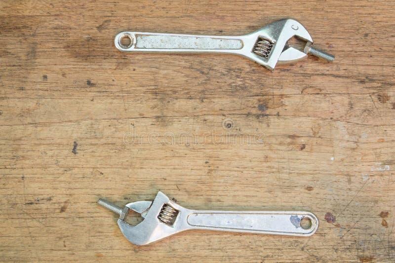 Προμήθειες εργαλείων σε ένα ξύλινο υπόβαθρο, γαλλικό κλειδί στοκ εικόνα με δικαίωμα ελεύθερης χρήσης