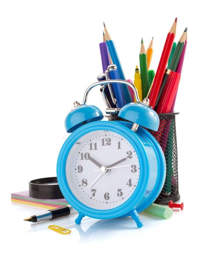 Προμήθειες ξυπνητηριών και σχολείων στο λευκό στοκ φωτογραφία με δικαίωμα ελεύθερης χρήσης
