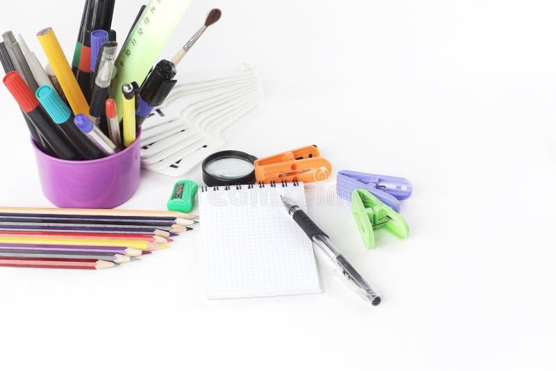 Προμήθειες σημειωματάριων και γραφείων Στην άσπρη ανασκόπηση στοκ εικόνα με δικαίωμα ελεύθερης χρήσης