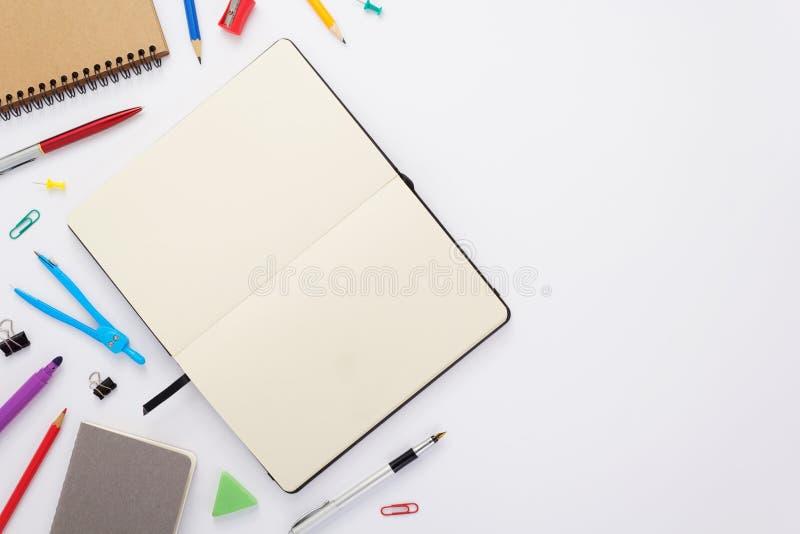 προμήθειες σημειωματάριων και σχολείων εγγράφου στο λευκό στοκ φωτογραφίες