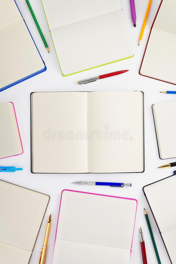 προμήθειες σημειωματάριων και σχολείων εγγράφου στο λευκό στοκ φωτογραφία με δικαίωμα ελεύθερης χρήσης