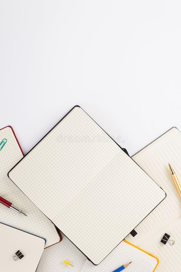προμήθειες σημειωματάριων και σχολείων εγγράφου στο λευκό στοκ εικόνα