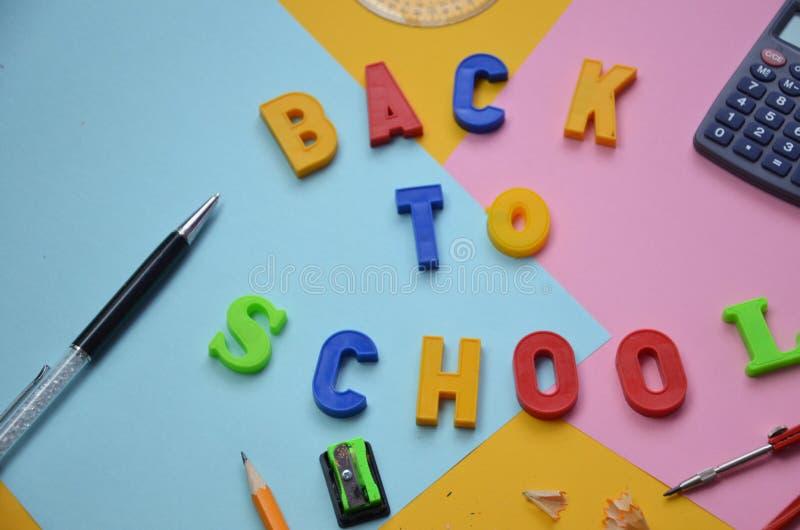 Προμήθειες σχολικών γραφείων με το διάστημα αντιγράφων Πίσω στην έννοια σχολικών κειμένων κολακεία επιγραφής πίσω στο σχολείο σε  στοκ φωτογραφία με δικαίωμα ελεύθερης χρήσης