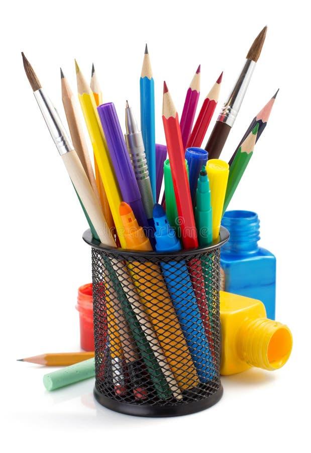 Προμήθειες χρωμάτων και καλάθι κατόχων στο λευκό στοκ εικόνα