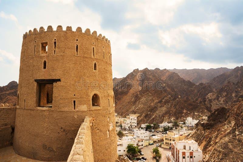 Προμαχώνας του οχυρού Mutrah και άποψη του Corniche στοκ εικόνα με δικαίωμα ελεύθερης χρήσης