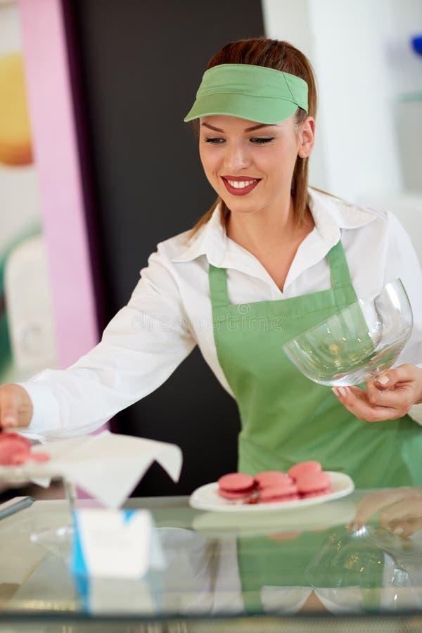 Προμηθευτής που βάζει τα μακαρόνια στο πιάτο στο κατάστημα ζύμης στοκ εικόνες με δικαίωμα ελεύθερης χρήσης
