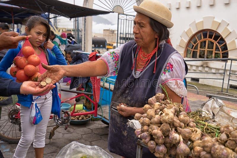 Προμηθευτής προϊόντων στην αγορά Σαββάτου σε Otavalo Ισημερινός στοκ φωτογραφίες