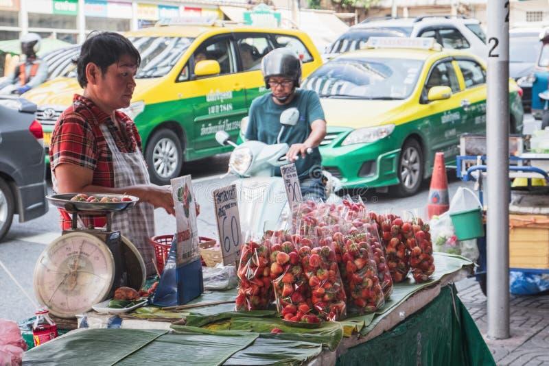 Προμηθευτής φραουλών σε Chinatown, Μπανγκόκ, Ταϊλάνδη στοκ φωτογραφία με δικαίωμα ελεύθερης χρήσης