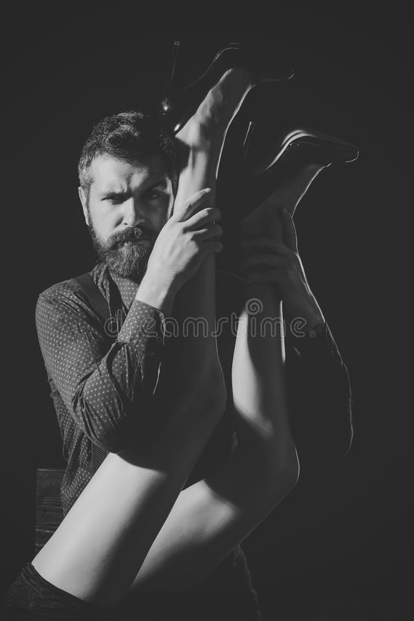 Προοίμιο - ζεύγος ερωτευμένο Άτομο στο πουκάμισο που απομονώνεται στο μαύρο υπόβαθρο στοκ εικόνες με δικαίωμα ελεύθερης χρήσης