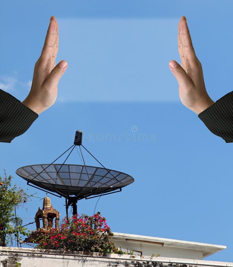 Προοπτική της μεγάλης δορυφορικής κεραίας πιάτων, κάθετη στοκ εικόνες με δικαίωμα ελεύθερης χρήσης
