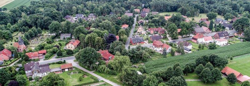 Προοπτική Birdseye με την εναέρια άποψη ενός χωριού σε χαμηλότερο Saxo στοκ εικόνες