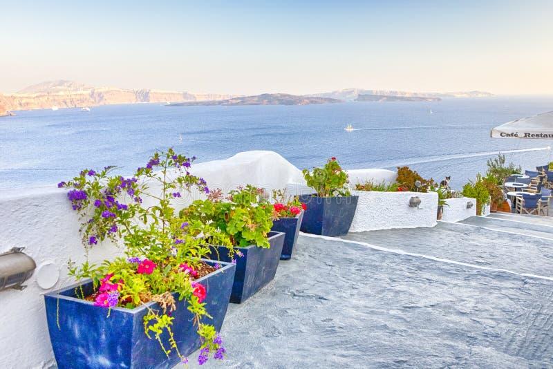 Προορισμοί ταξιδιού Γραφική εικονική παράσταση πόλης Oia του χωριού σε Santorini με ηφαιστειακό Caldera και των πλέοντας βαρκών σ στοκ φωτογραφίες με δικαίωμα ελεύθερης χρήσης