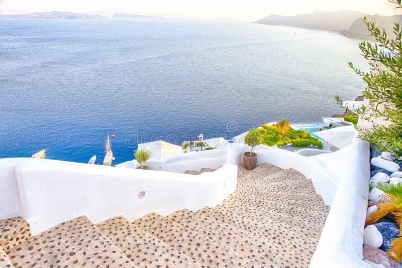 Προορισμοί ταξιδιού Γραφική εικονική παράσταση πόλης Oia του χωριού σε Santorini με ηφαιστειακό Caldera και των πλέοντας βαρκών σ στοκ φωτογραφία