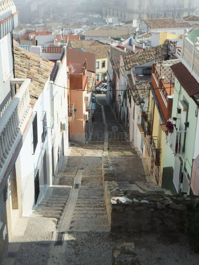 Προς τα κάτω άποψη μιας απότομης στενής οδού σε Jaén, Ισπανία στοκ εικόνες