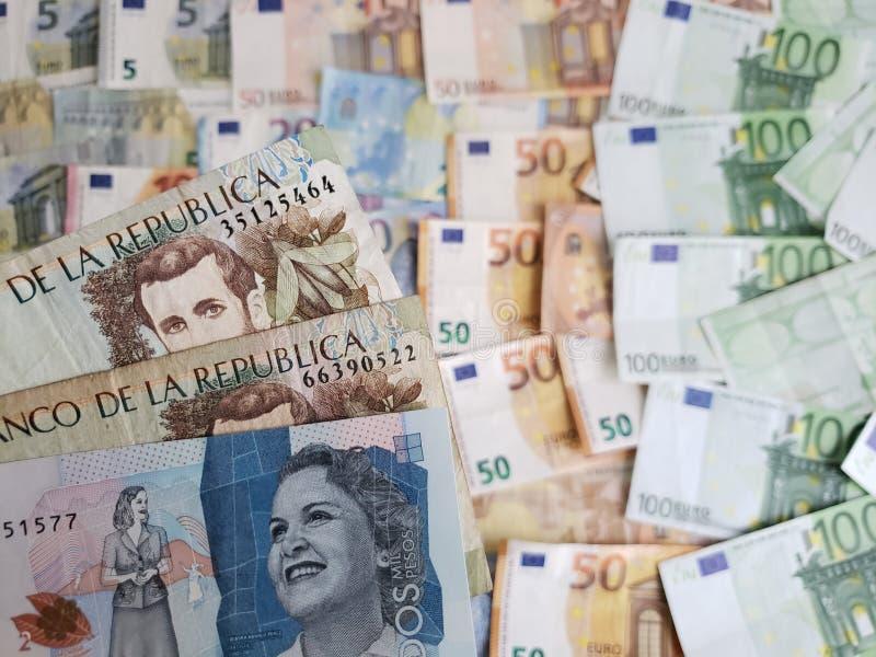 προσέγγιση στα κολομβιανά τραπεζογραμμάτια και τους ευρο- λογαριασμούς στοκ εικόνες με δικαίωμα ελεύθερης χρήσης