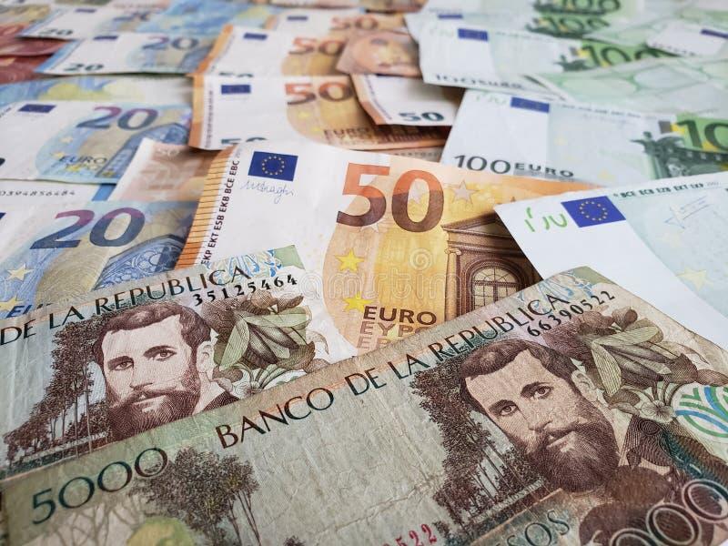 προσέγγιση στα κολομβιανά τραπεζογραμμάτια και τους ευρο- λογαριασμούς στοκ φωτογραφία