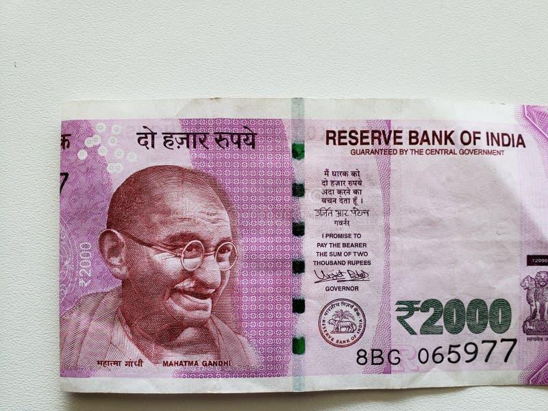 προσέγγιση στο ινδικό τραπεζογραμμάτιο 2000 ρουπίων στοκ φωτογραφία