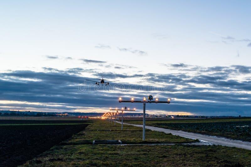 Προσέγγιση του αερολιμένα στο σούρουπο στοκ εικόνα με δικαίωμα ελεύθερης χρήσης