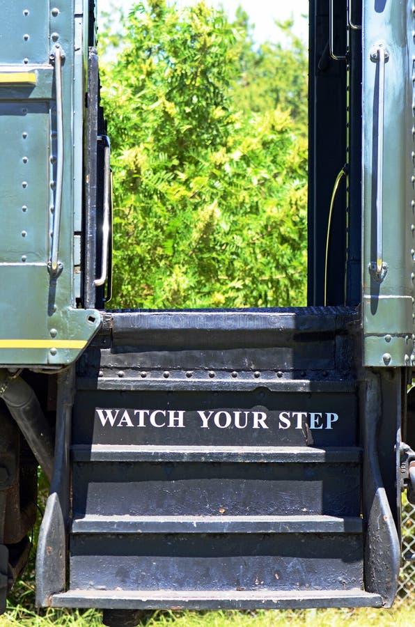 Προσέξτε το βήμα σας στο εκλεκτής ποιότητας αυτοκίνητο τραίνων ατμού στοκ εικόνες