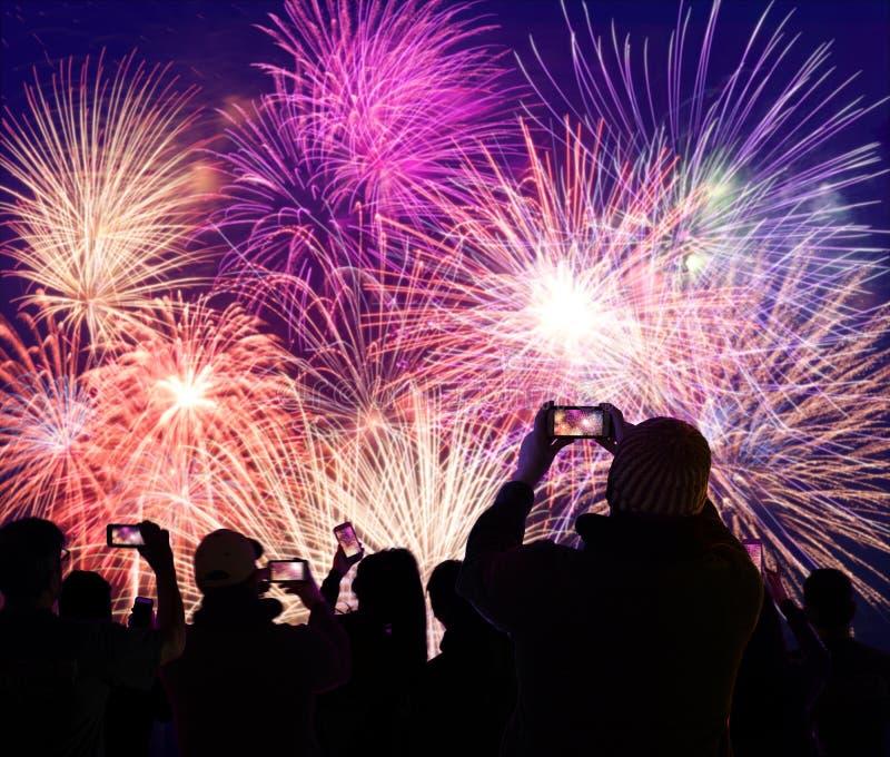 Προσέχοντας και καταγράφοντας πυροτεχνήματα πλήθους στα κινητά τηλέφωνα στοκ εικόνα με δικαίωμα ελεύθερης χρήσης