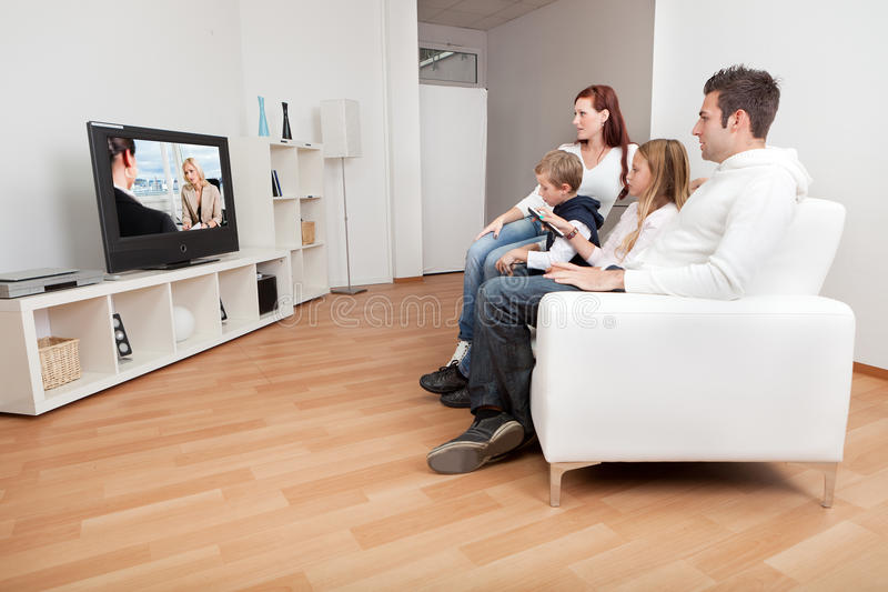 προσέχοντας νεολαίες TV &omicr στοκ εικόνα