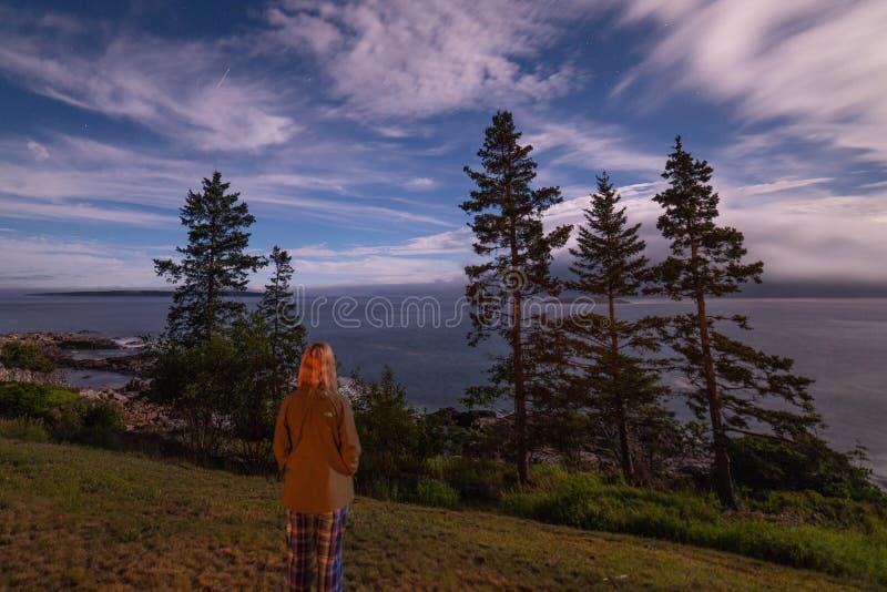 Προσέχοντας τα σύννεφα τη νύχτα στοκ φωτογραφία με δικαίωμα ελεύθερης χρήσης