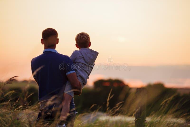 Προσέχοντας το ηλιοβασίλεμα από κοινού στοκ εικόνα με δικαίωμα ελεύθερης χρήσης