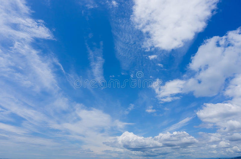 Προσανατολισμένα προς τον αέρα σύννεφα σωρειτών στο μπλε ουρανό στοκ εικόνα με δικαίωμα ελεύθερης χρήσης