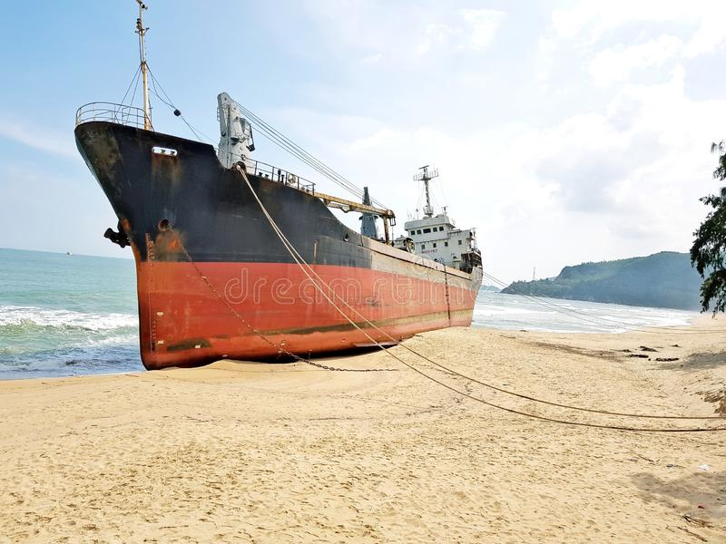 Προσαραγμένο φορτηγό πλοίο σε μια εγκαταλειμμένη παραλία στο Βιετνάμ στοκ φωτογραφία με δικαίωμα ελεύθερης χρήσης