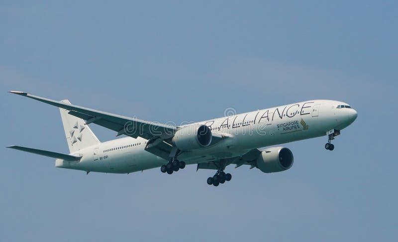 Προσγείωση στολών συμμαχίας αστεριών της Singapore Airlines Boeing 777-300ER στοκ φωτογραφία