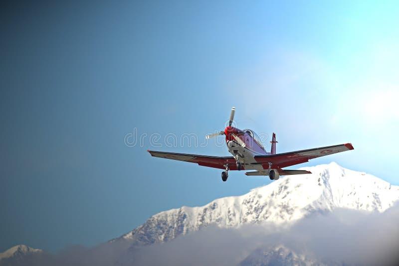 Προσγείωση στο αεροδρόμιο βουνών στοκ φωτογραφία