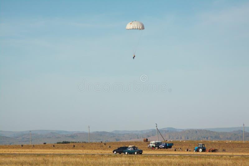 Προσγειωμένος αλεξιπτωτιστής στα πλαίσια του τοπίου φθινοπώρου στοκ εικόνα