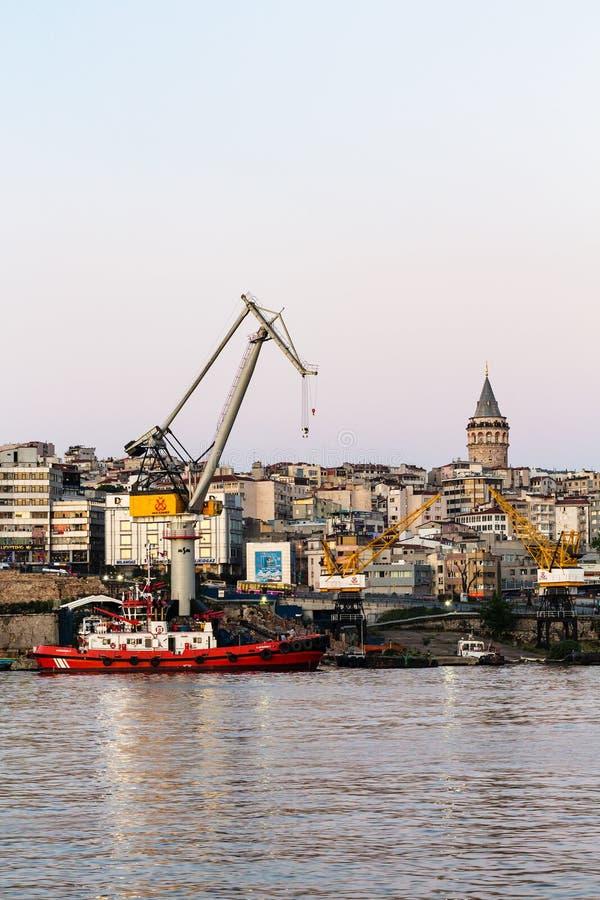 Προσγειωμένος στάδιο στο χρυσό κέρατο στην πόλη της Ιστανμπούλ στοκ εικόνα