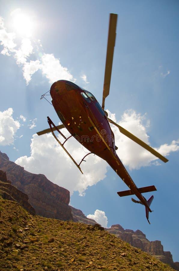 Προσεγγίσεις ελικοπτέρων που προσγειώνονται στο μεγάλο φαράγγι στοκ φωτογραφίες