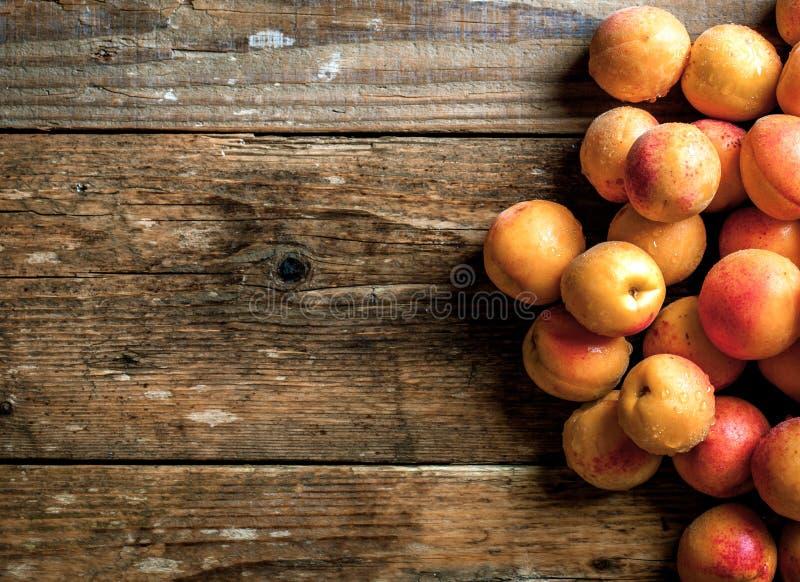 προσεγγίσεων Οργανικά φρούτα με το φύλλο στο ξύλινο υπόβαθρο στοκ εικόνες με δικαίωμα ελεύθερης χρήσης