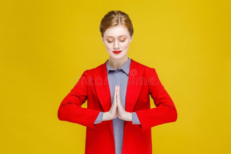 Προσεηθείτε, επιθυμήστε, θρησκεία Κόκκινο επικεφαλής καλά ντυμένο γυναικών στοκ εικόνες με δικαίωμα ελεύθερης χρήσης