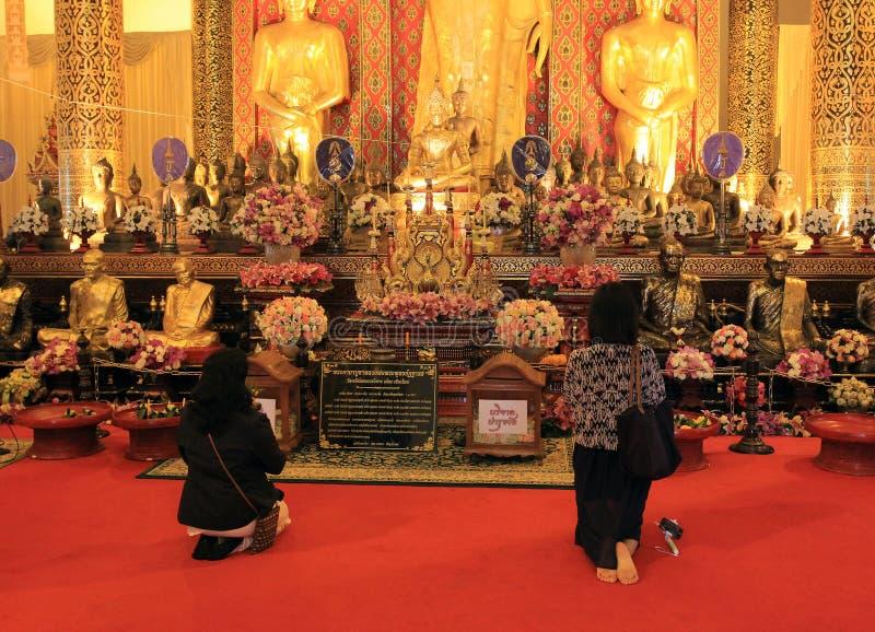 Προσευμένος σε έναν βουδιστικό ναό, Ταϊλάνδη στοκ εικόνες