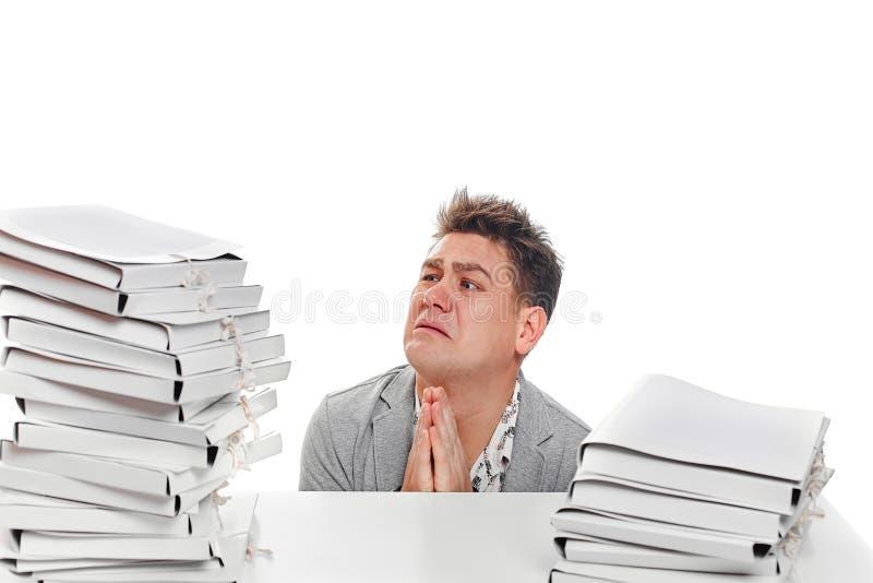 Προσευχή εργαζομένων επιχειρηματιών Στην άσπρη ανασκόπηση στοκ εικόνα με δικαίωμα ελεύθερης χρήσης