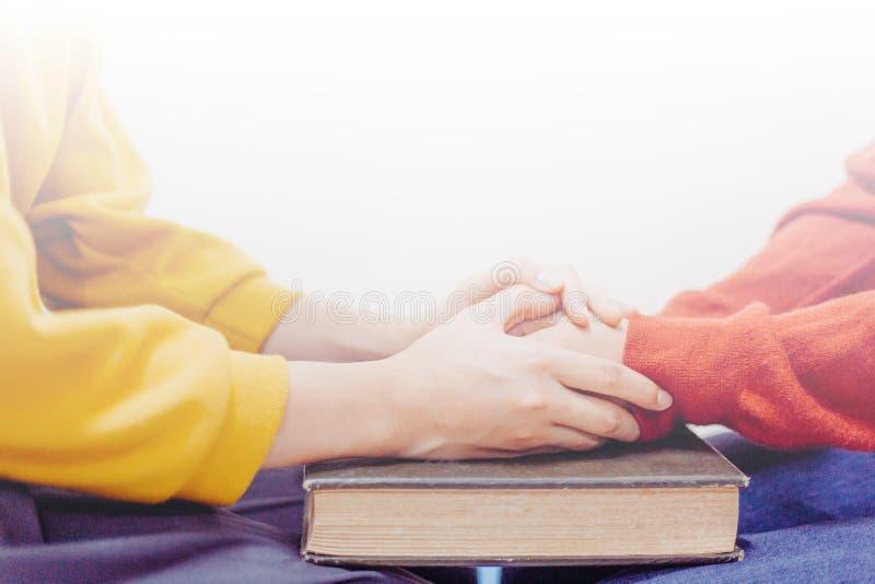 Προσευχή μαζί στην ιερή Βίβλο στοκ φωτογραφίες